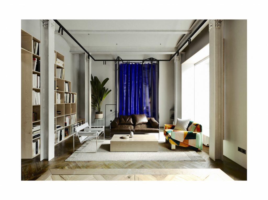 Modrý záves oddeľuje spálňu od obývačky