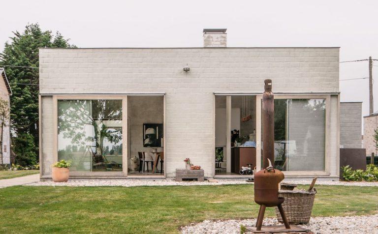 Nepoužiteľný bungalov zo 60. rokov na úzkom pozemku si domáci dotvorili sami