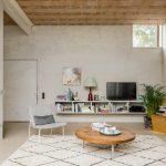Obývacia časť so surovou stenou