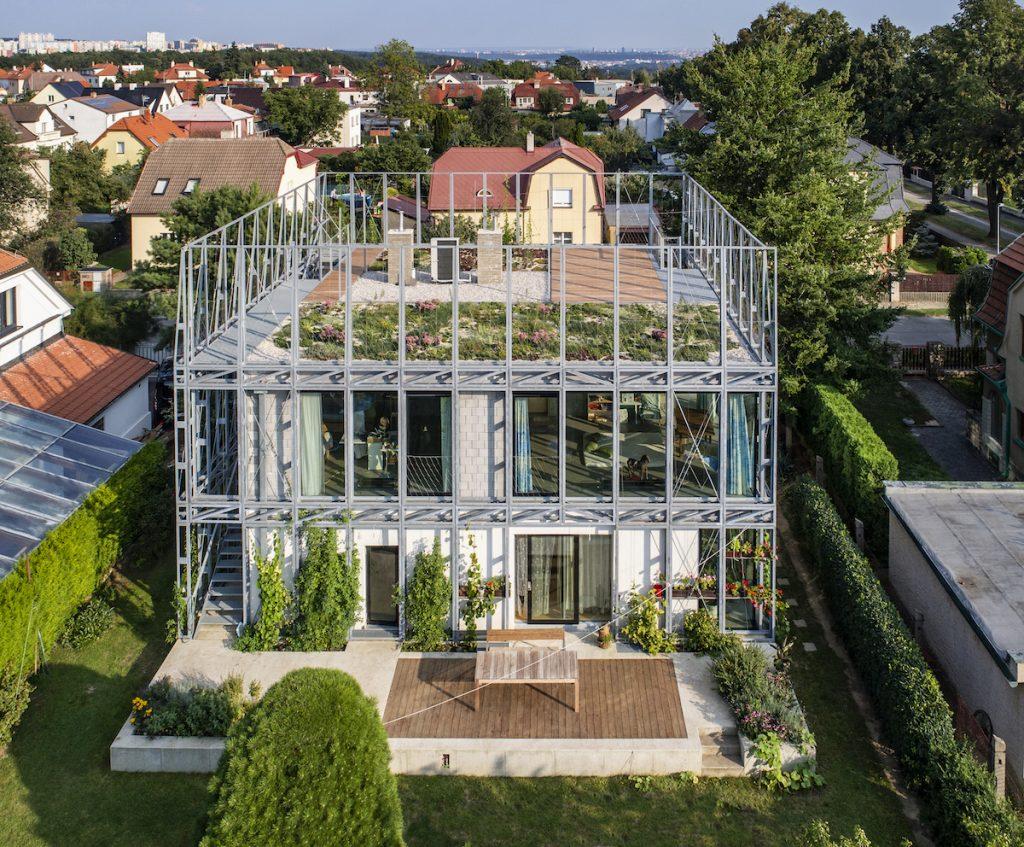 Dom v oceľovom korzete s terasou