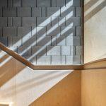 Schodisko s betónovou stenou
