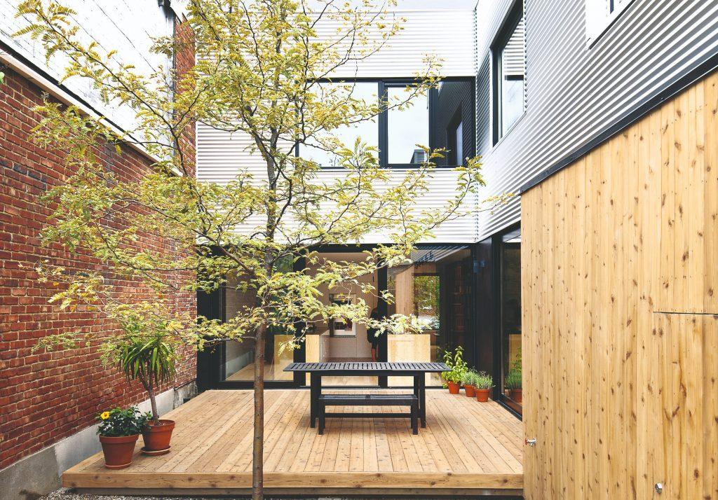 Minimalizmus nemusí byť nudný! Premyslená prestavba radového domu s jasnými pravidlami