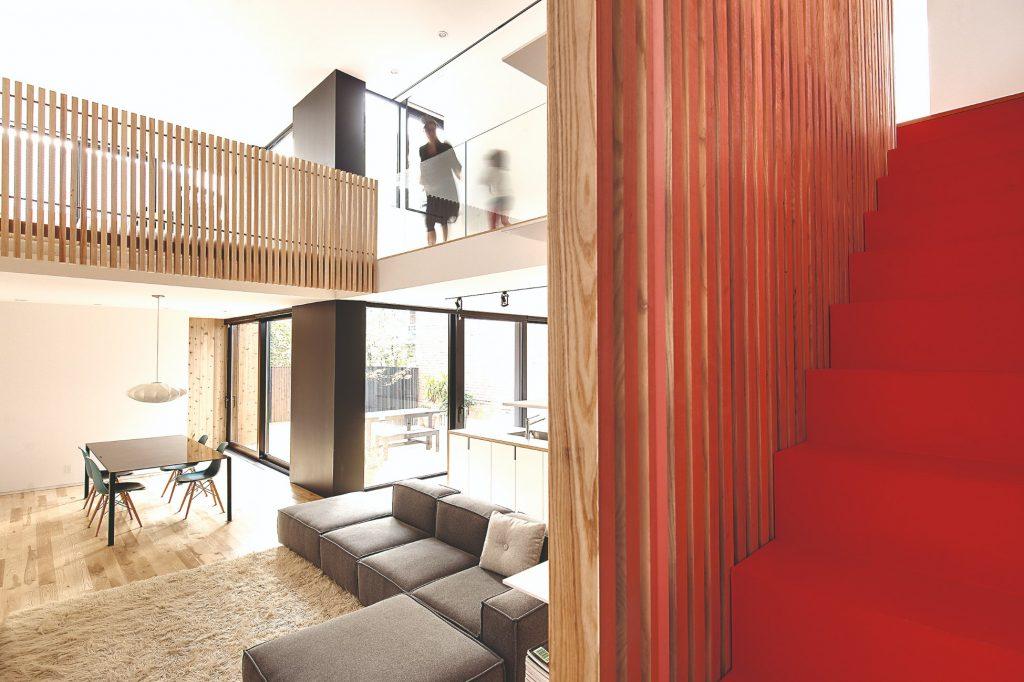 Červené schodisko obývačka
