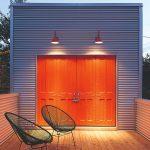 Terasa s oranžovými dverami