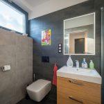 Toaleta s veľkým oknom