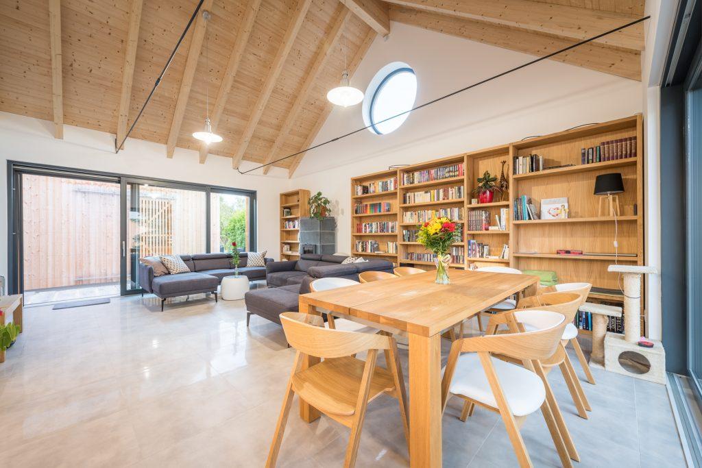 Jedáleň a obývačka s krovom