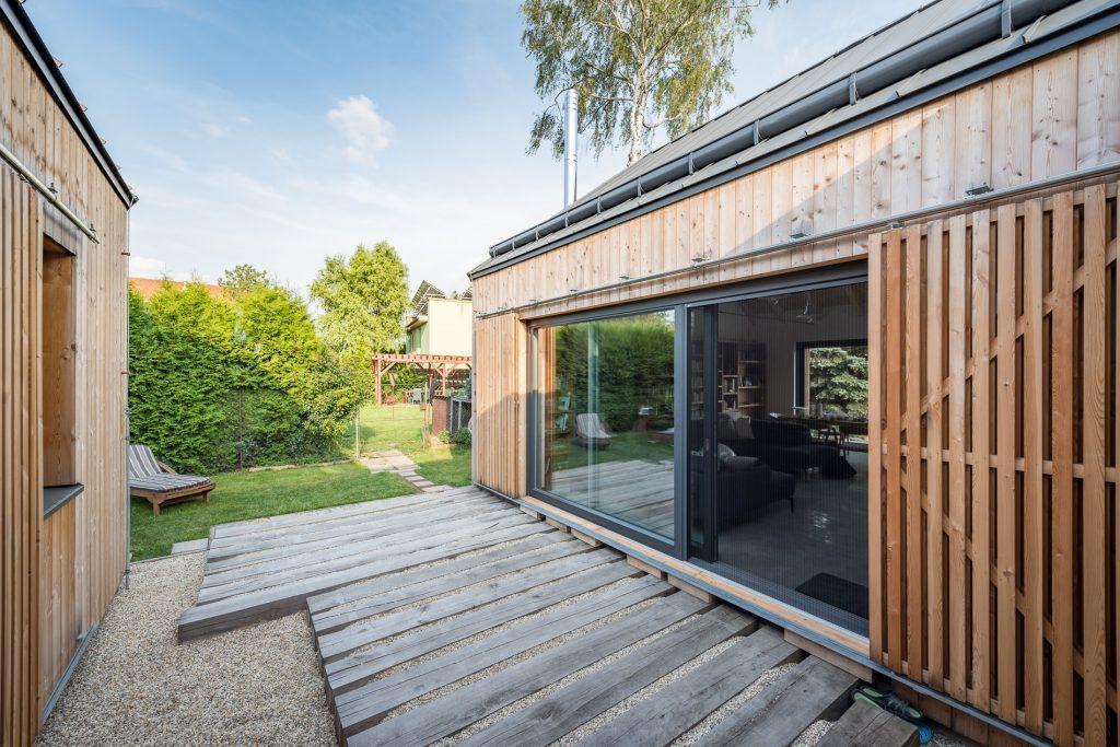 Dve drevostavby spojené terasou