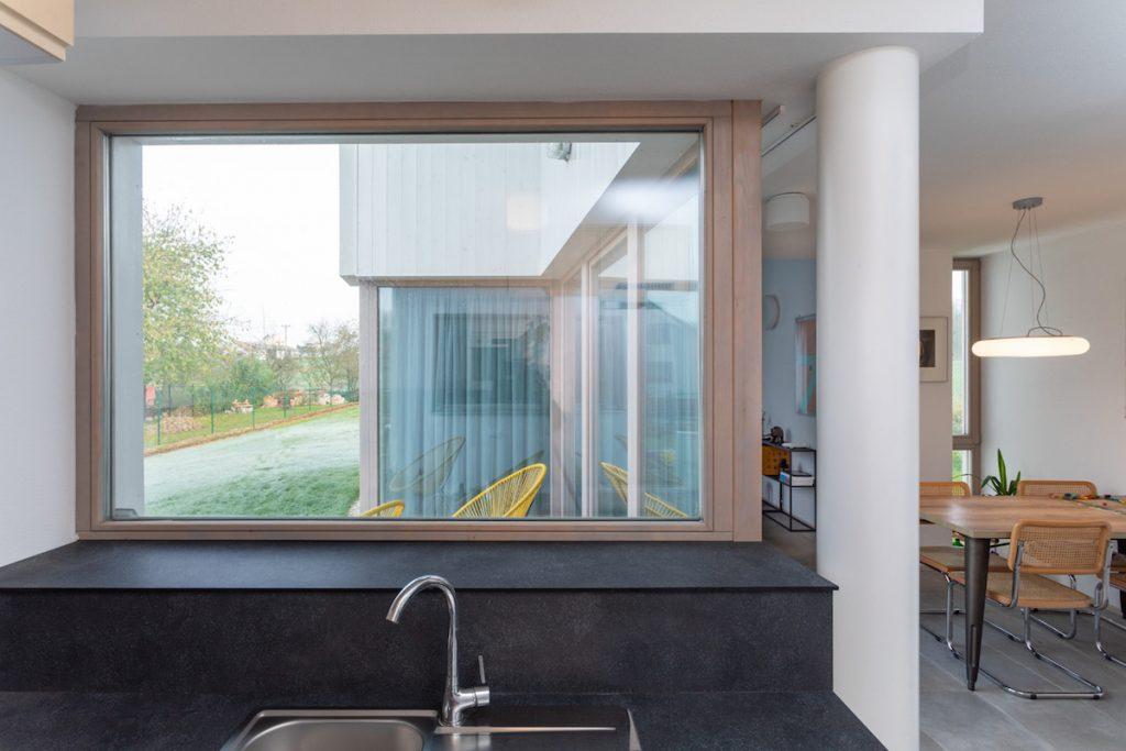 Horizontálne okno nad drezom