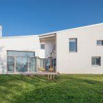 Dvojpodlažný obĺžnikový dom s terasou