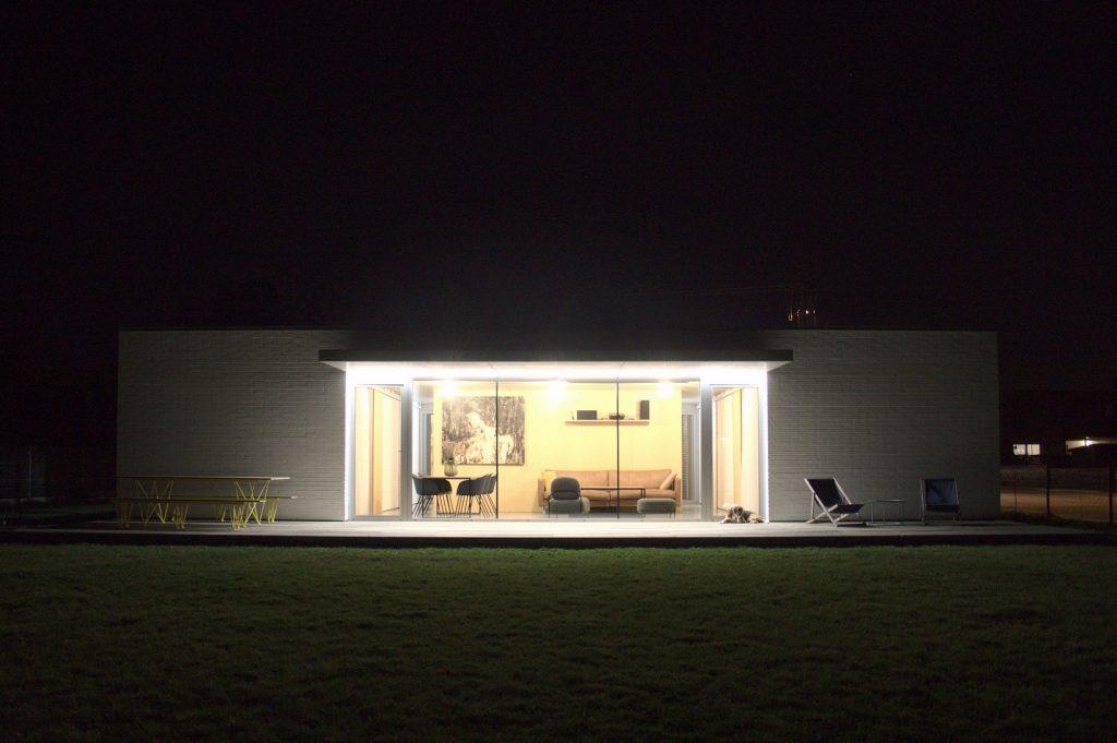 Pohľad do domu v noci