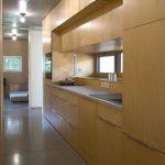 Dlhá drevená linka v kuchyni