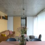 Obývačka s betónovým stropom
