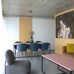 Jedáleň s betónovým stropom
