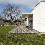 Biely štvorcový dom s terasou
