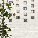Biely múr z prekladaných tehál