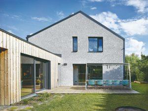 Z desaťročnej stavby dokázali vytvoriť moderný dom s interiérom plným svetla