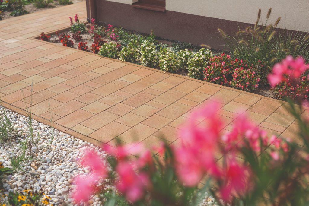 Vydláždená plocha v záhrade