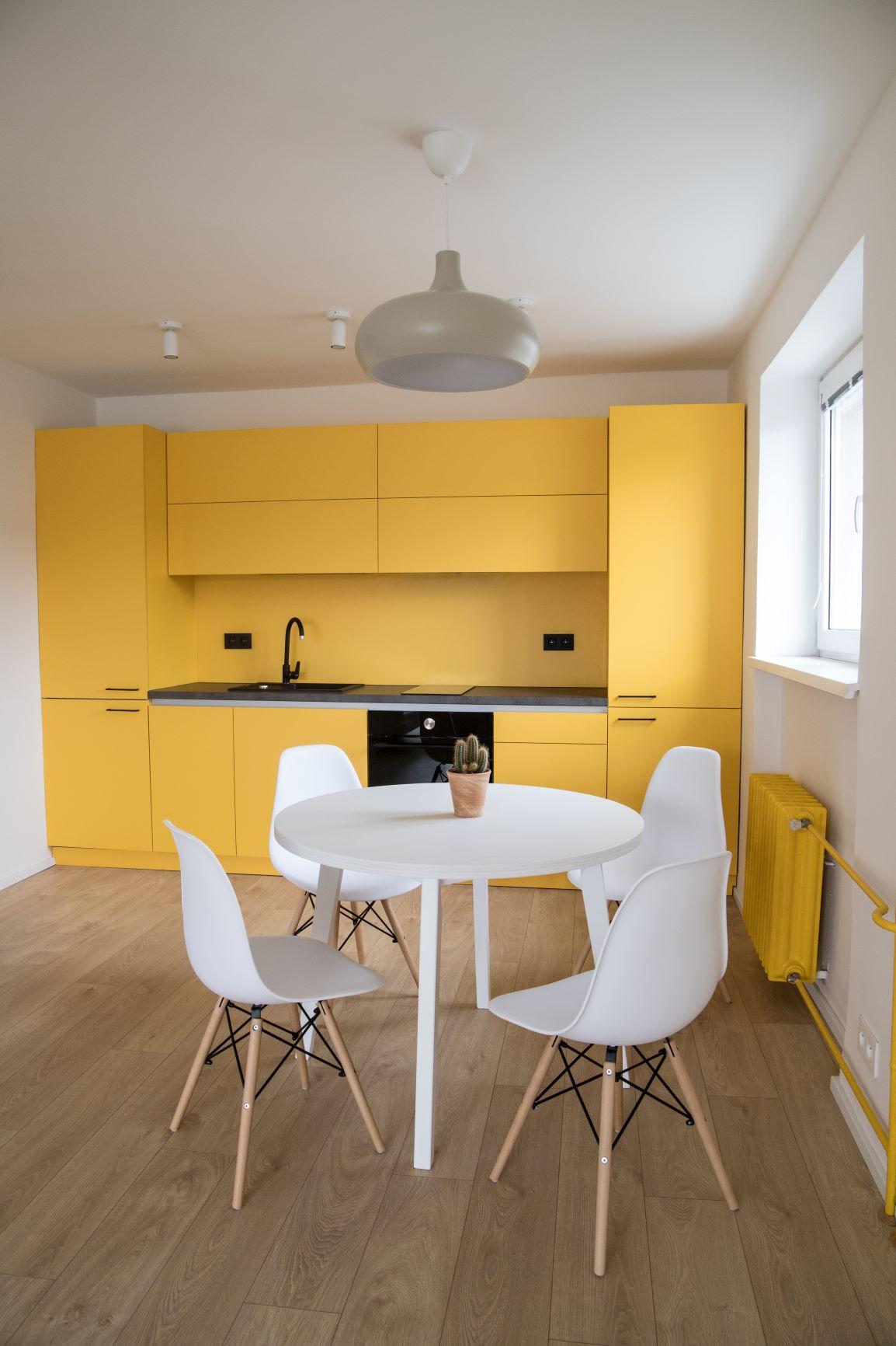 Žltá kuchyňa s bielym stolom