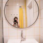 Kúpeľňa so žltou škárovačkou