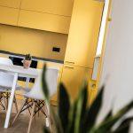 Žltá linka s bielym jedálenským stolom