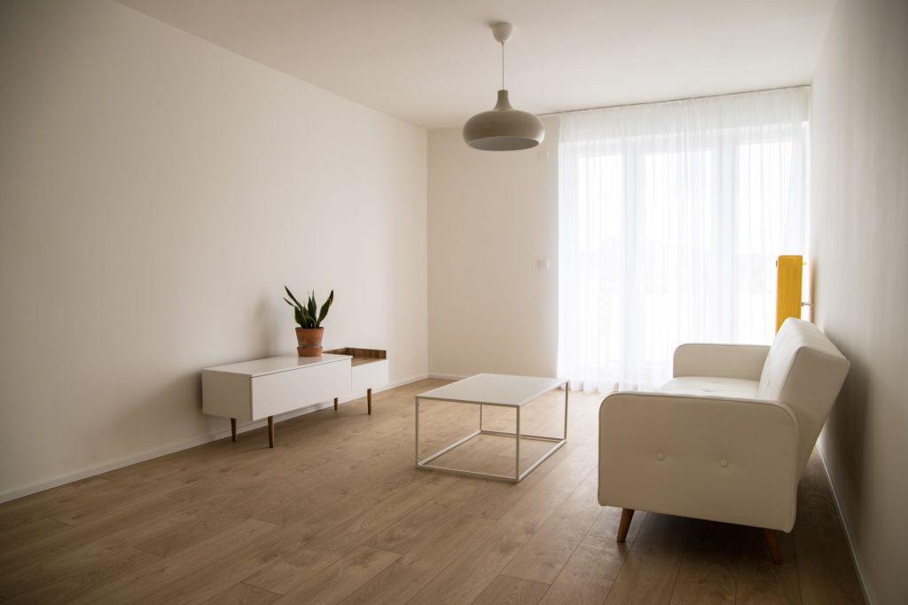 Obývačka s jedálňou v bielej