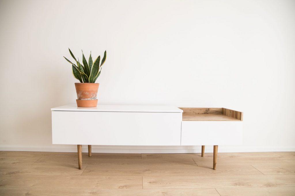 Biely nábytok a drevená podlaha