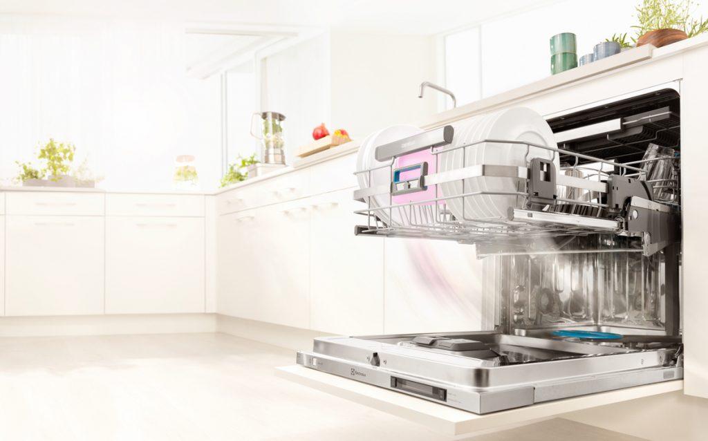 Otvorená umývačka riadu v kuchyni