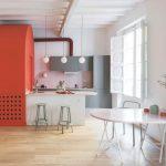 Sivá kuchyňa s červenou stenou jedálenský kút