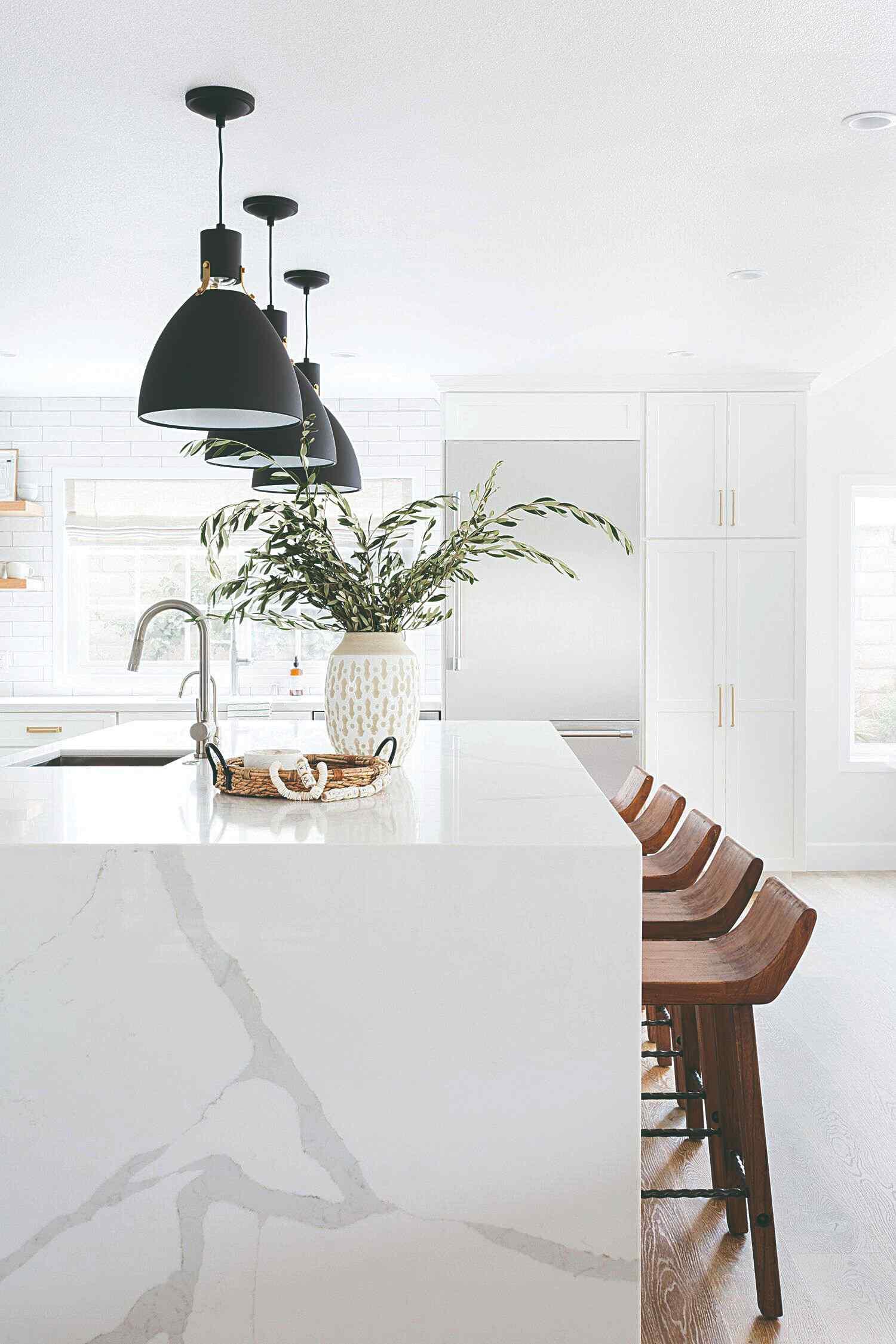 Veľký biely barový pult dizajnové svetlá