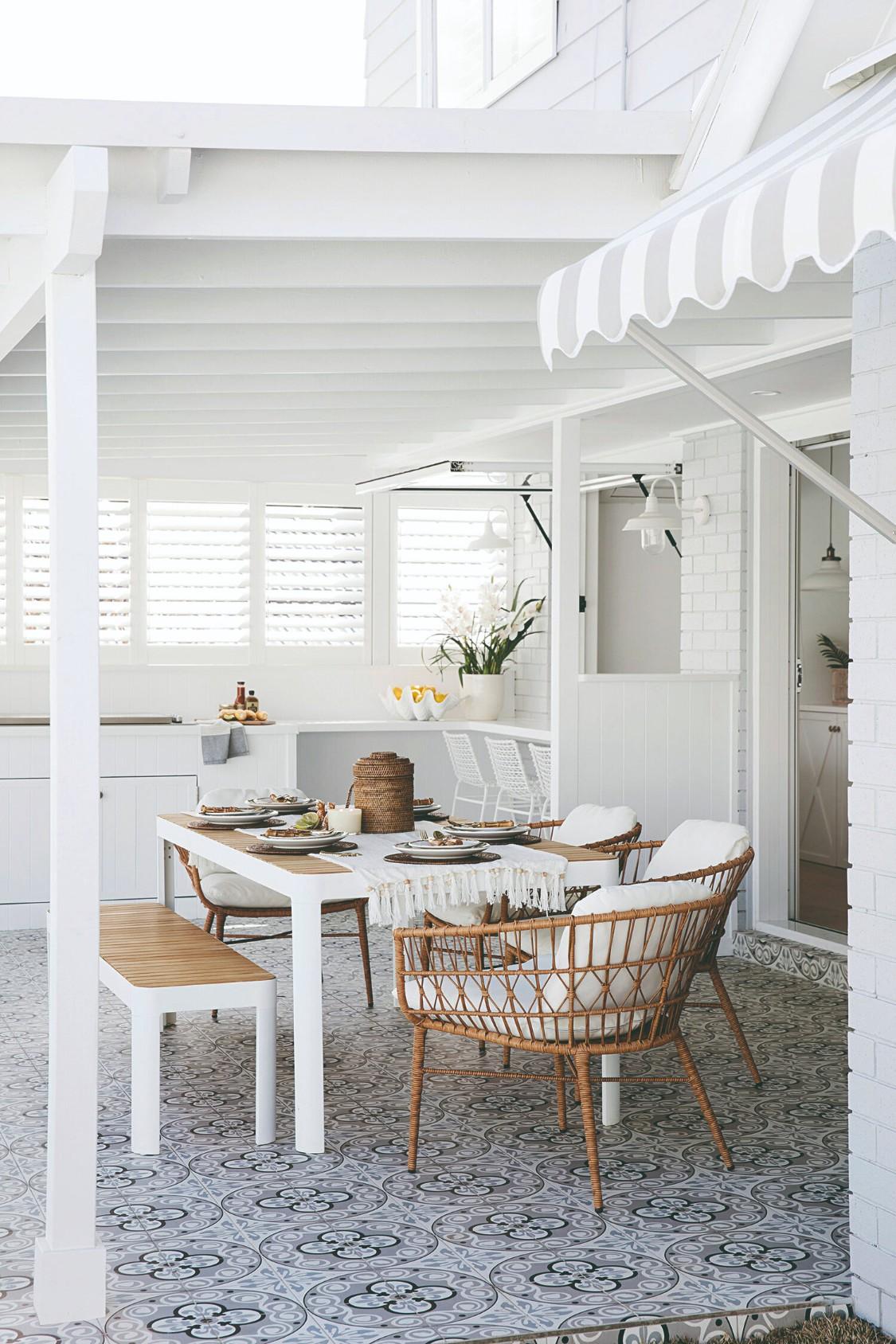 Biela kuchyňa s drevenou podlahou