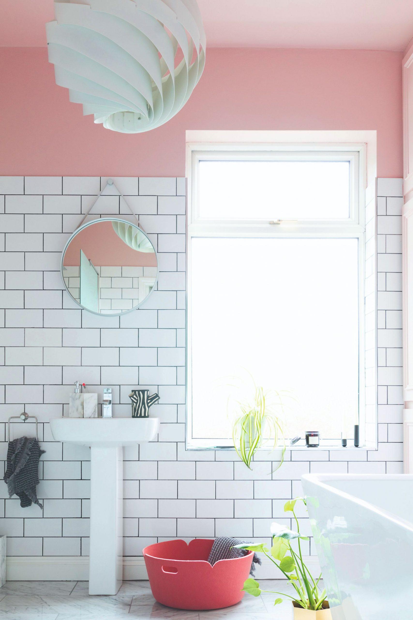 Farebné steny v kúpeľni