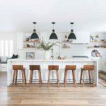Biela kuchyňa s barovým pultom
