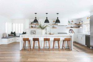 Zo štyroch malých miestností vytvorili otvorený priestor s veľkou kuchyňou a pracovným kútikom
