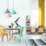Farebná obývačka s jedálenským stolom