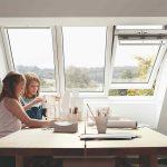 Tri strešné okná a dievčatá pri stole