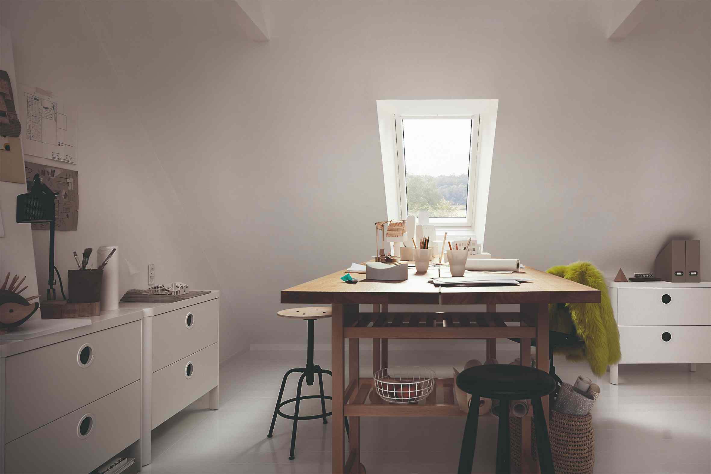 Strešné okno nad jedálenským stolom v kuchyni
