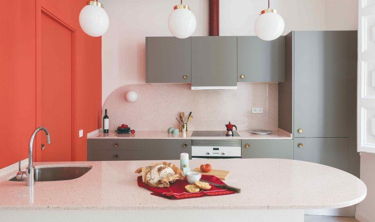 Akákoľvek, len nie tradičná! Farebná kuchyňa so zaujímavými kombináciami tvarov a materiálov