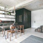 Industrálna kuchyňa s vintagei stoličkami