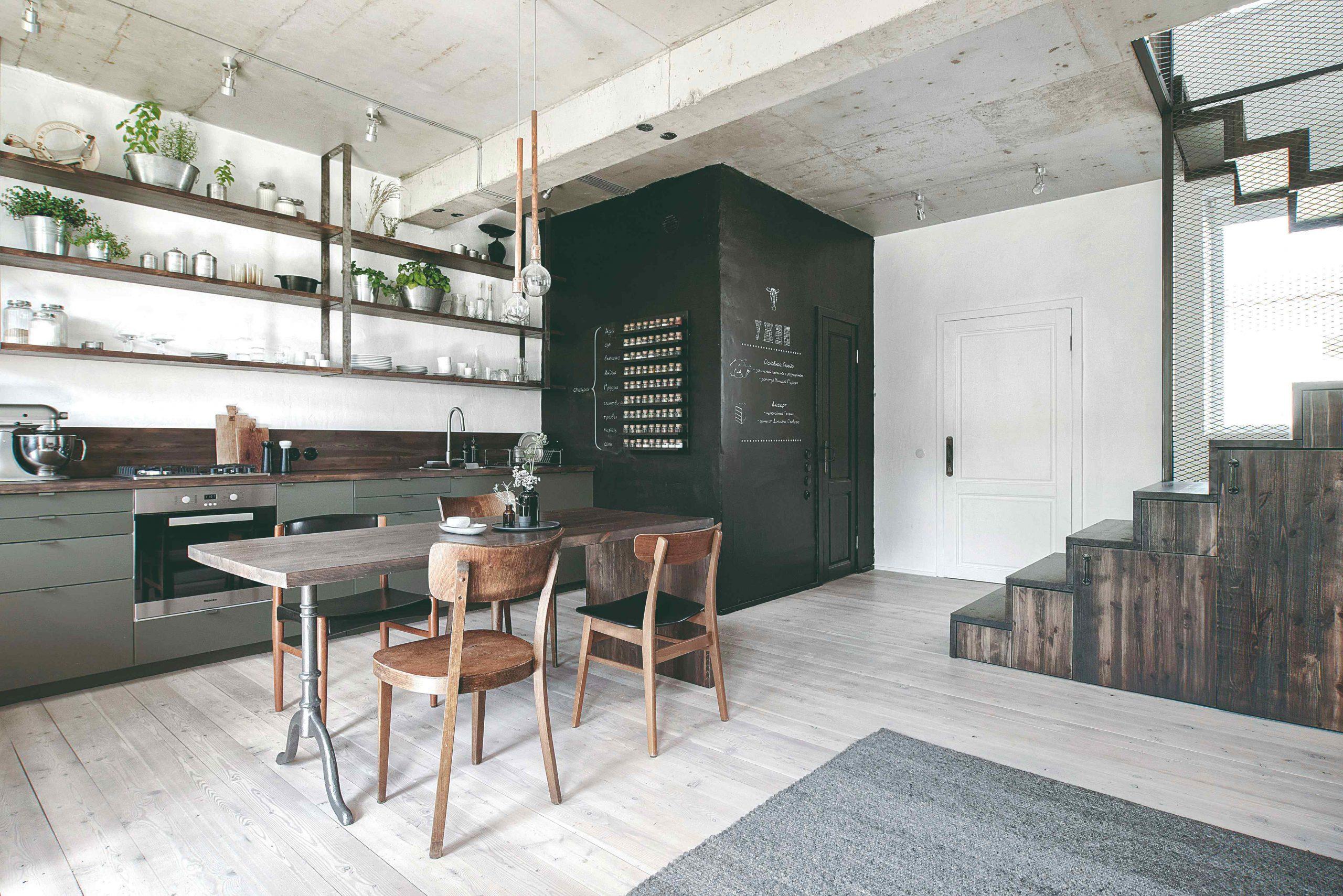 Industrálna kuchyňa s vintage stoličkami