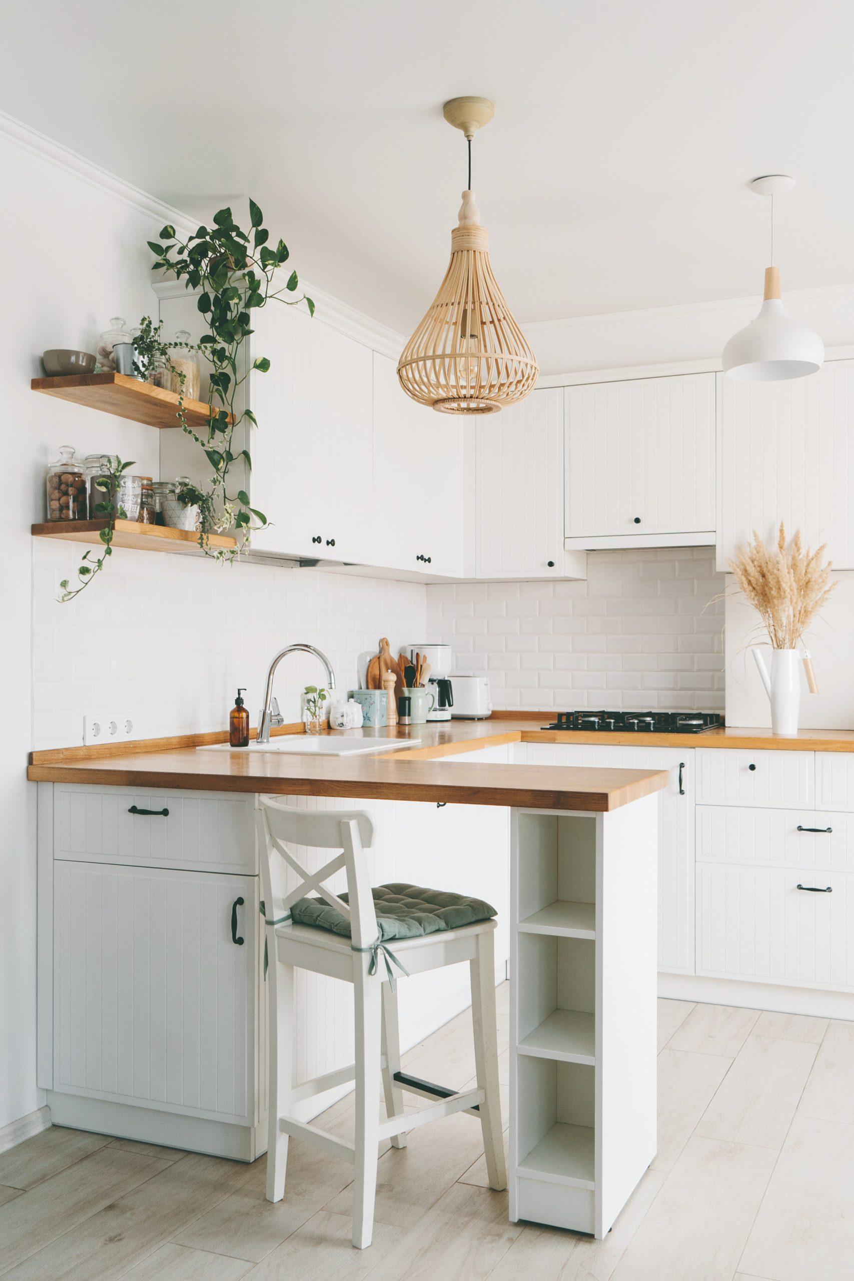 Biela kuchyňa s drevenou doskou