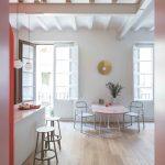 Biela kuchyňa s jedálenským kútom trámy