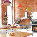 Farebná kuchyňa s tehlovou stenou