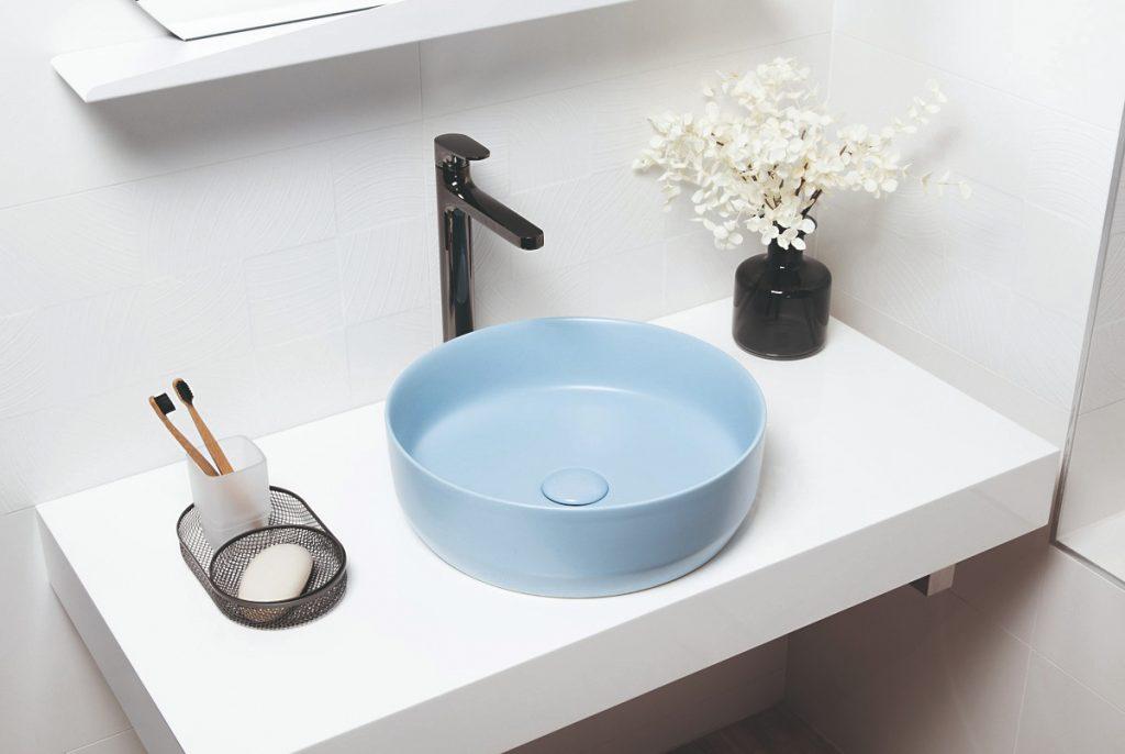 Modré okrúhle umývadlo v kúpeľni