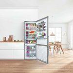 Otvorená chladnička v bielej kuchyni