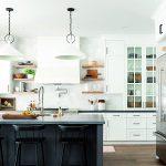 Biela kuchyňa s čiernym pultom