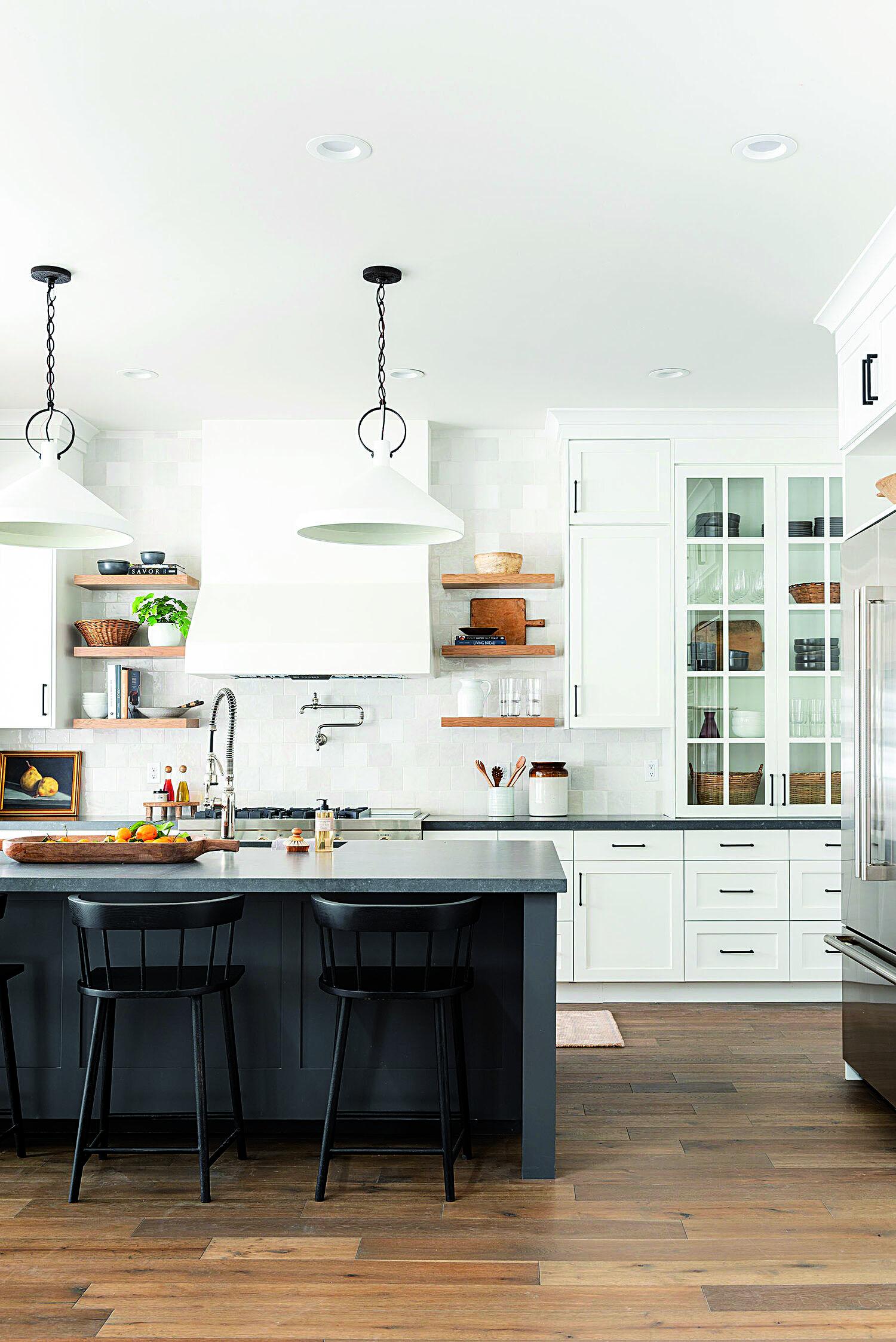 Biela kuchyňa s čiernym pultom a drevenou podlahou