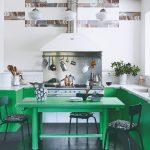 Zelený stôl a linka v kuchyni