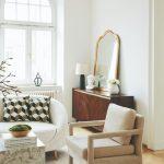 Obývačka s veľkým zrkadlom