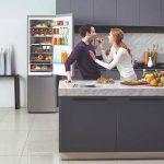 Muž a žena v kuchyni pri otvorenej chladničke