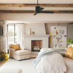 Obývačka s krbom a trámami